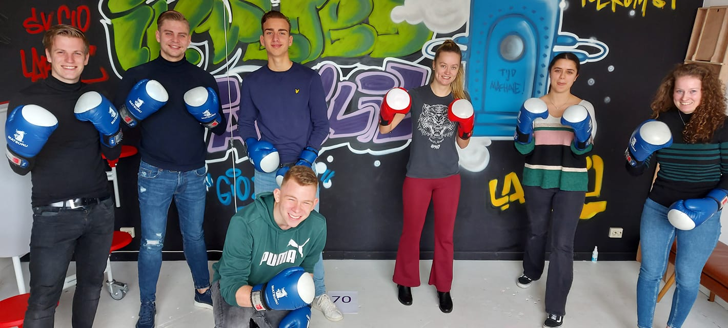 Stagiaires proberen alles voor elkaar te boksen