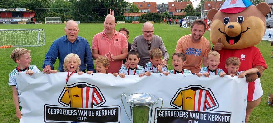 Tweeling Van de Kerkhof blaast 70 kaarsjes uit